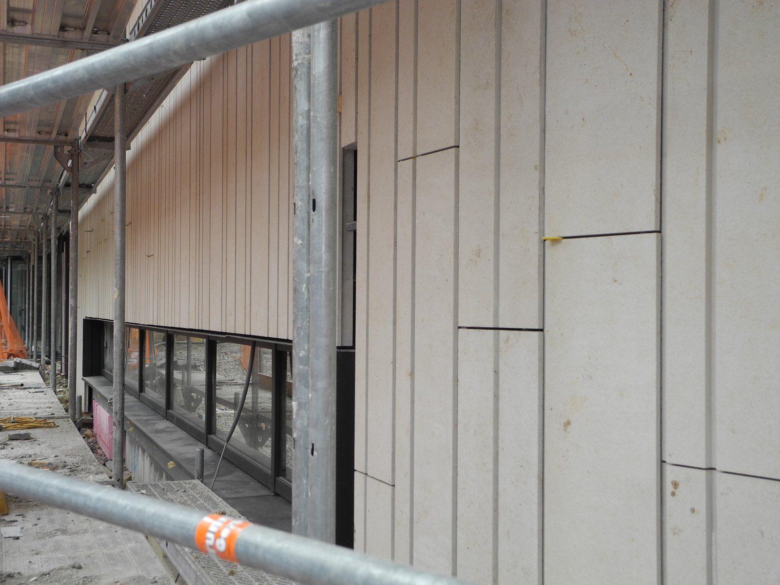 steinplatten aus stuttgart schmücken das montforthaus - feldkirch