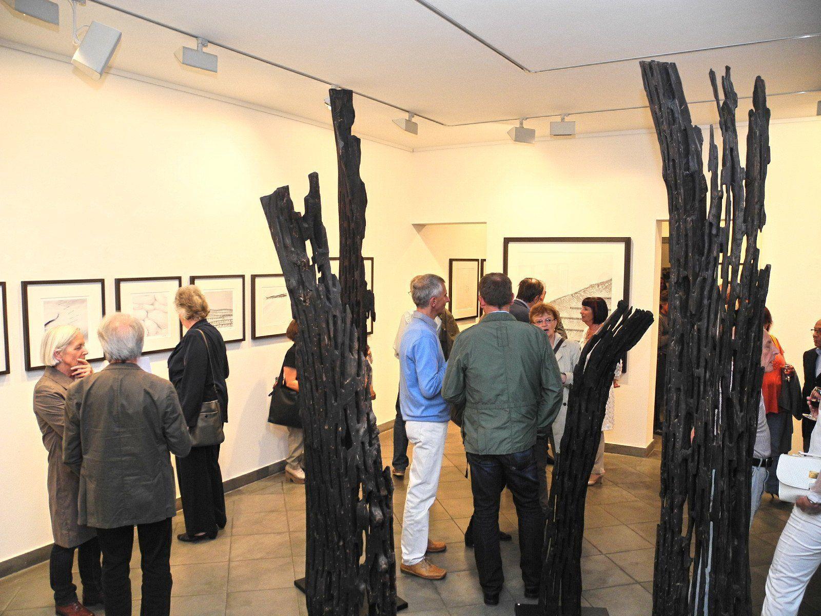 Zwei Holzskulpturen von Karl-Anton Mathis in der Galerie Sechzig