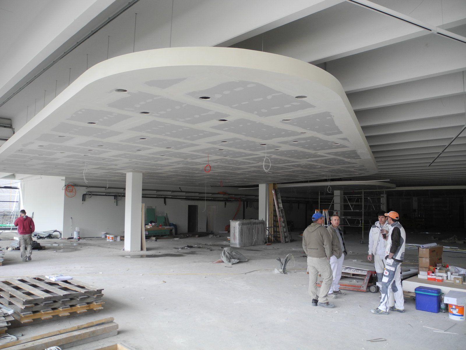 Die Decken des neuen Merkurmarktes werden Großteils abgehängt, riese Leuchtstoffröhrenbänder installiert und zahlreiche Kanten und Ecken elegant abgerundet.