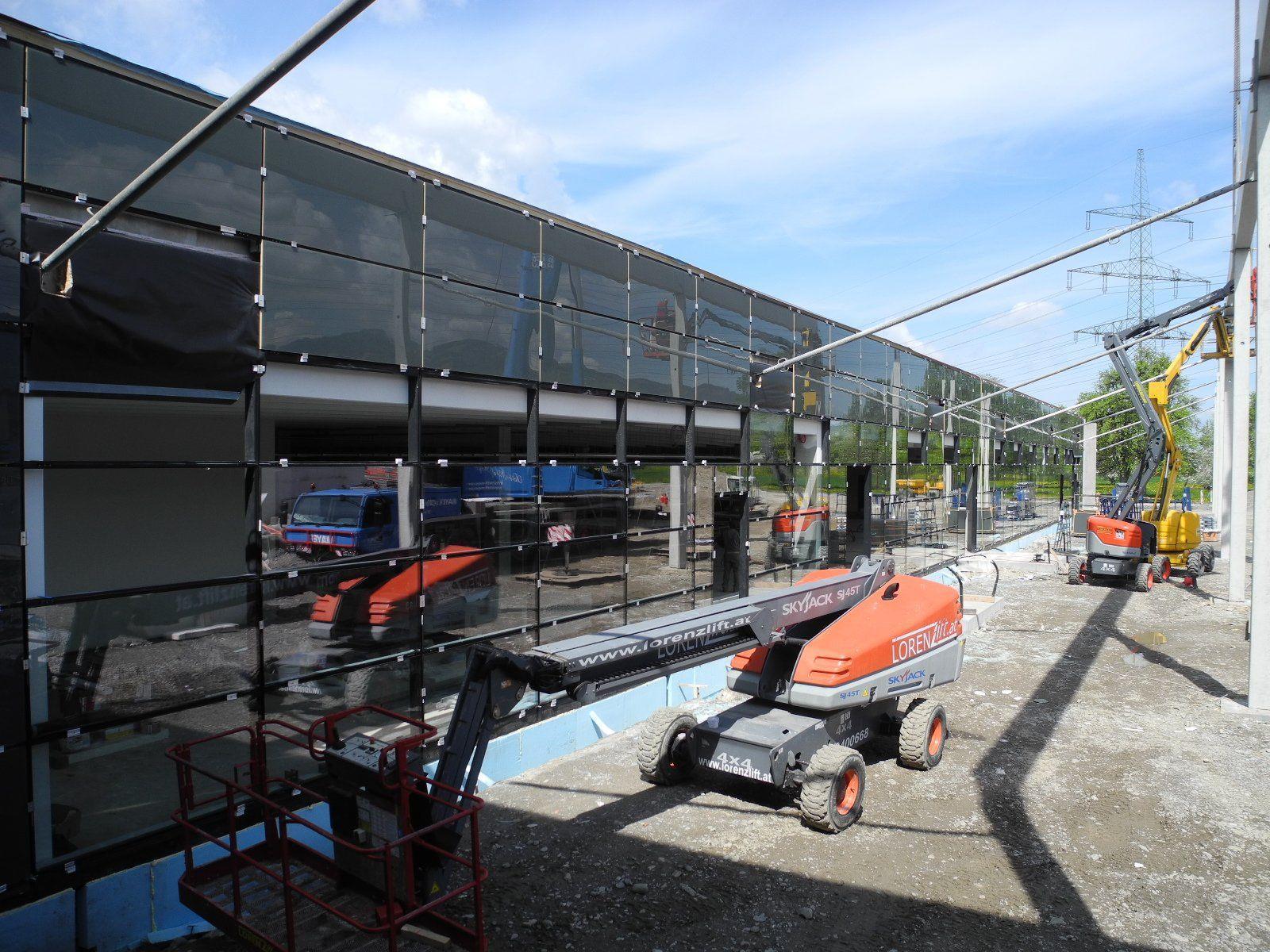Die imposante Glasfront des neuen Merkurmarktes in Brederis