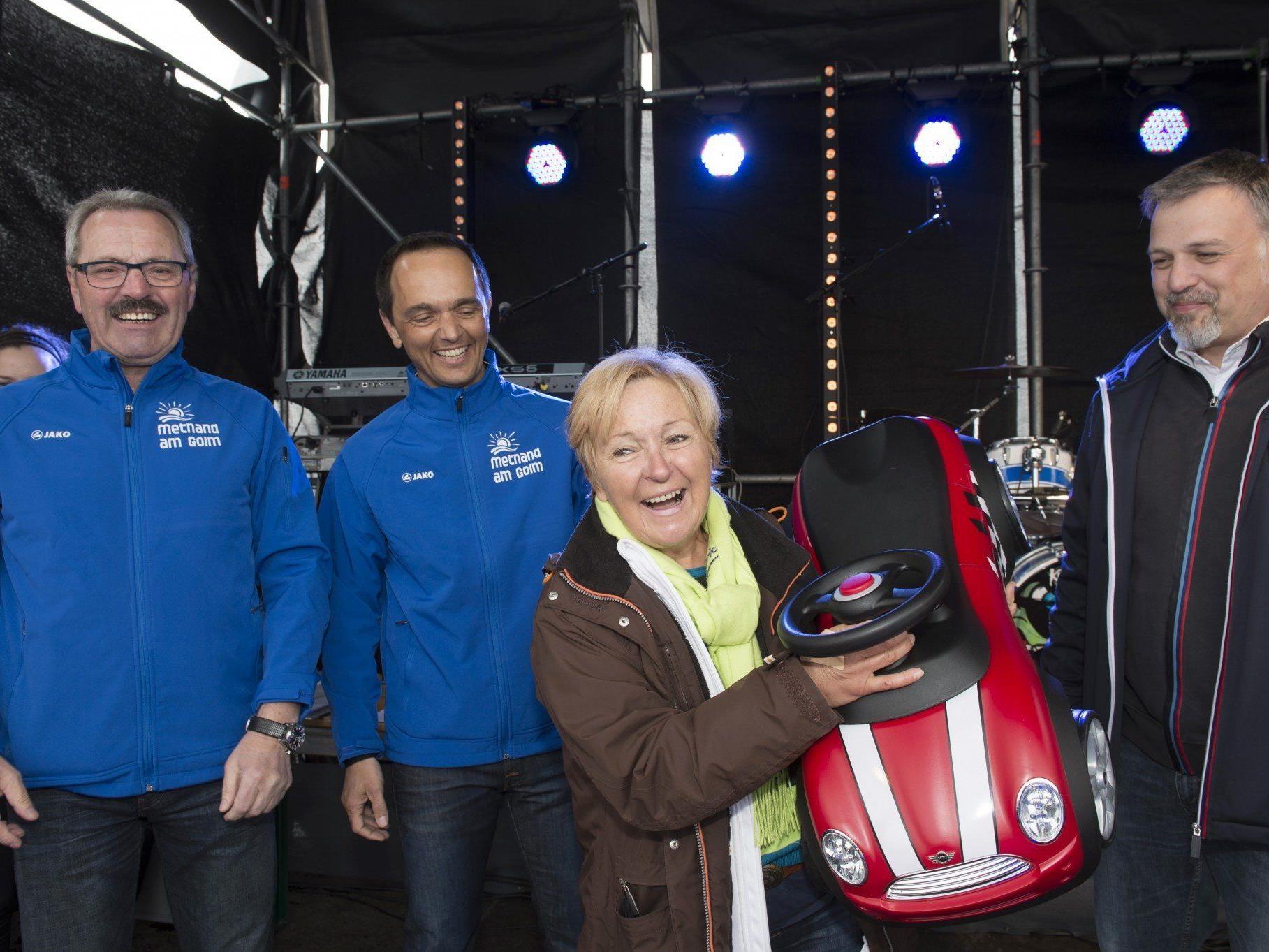 Ursula van Ast freut sich über ihr neues Gefährt – einen nagelneuen Mini Cooper R56 vom BMW Baumgartner. Vorerst muss sie sich mit einem Bobby Car trösten.