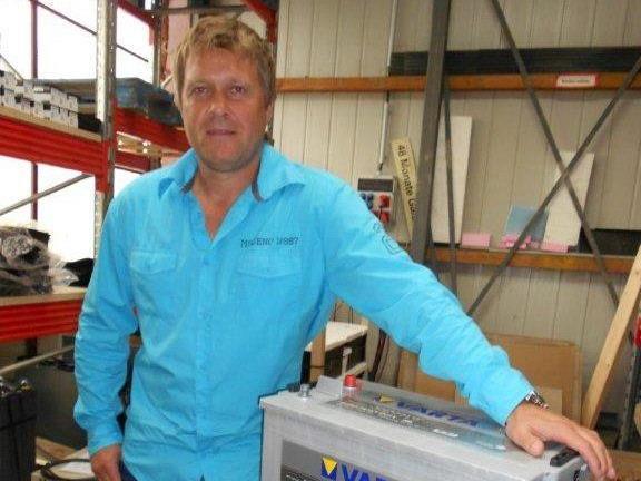 AKKU Batteriencenter Geschäftsführer Jügen Haas ist die nächsten zwei Jahre Dresssponsor in Hohenems.