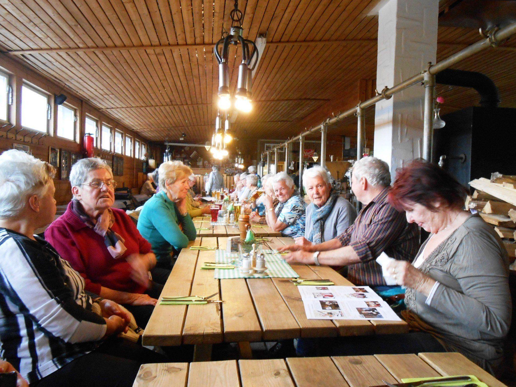 """Besuch in """"Tonis Kuhstall"""", einer urigen Gaststube."""