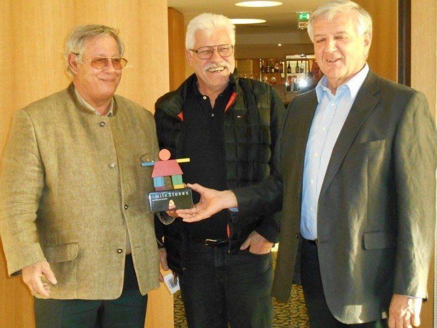 Als symbolische Dank überreichte Obmann Franz Abbrederis ( rechts im Bild) den beiden Geschäftsführern DI Michael Manhart ( links) und Klaus Wiethüchter einen smileStone.