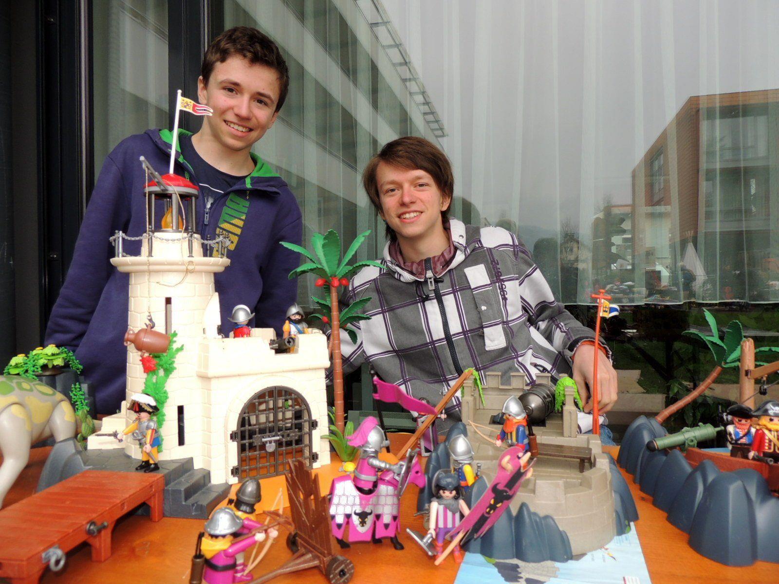 Levi und Samuel hatten einen wahren Traum von Playmobilfiguren anzubieten
