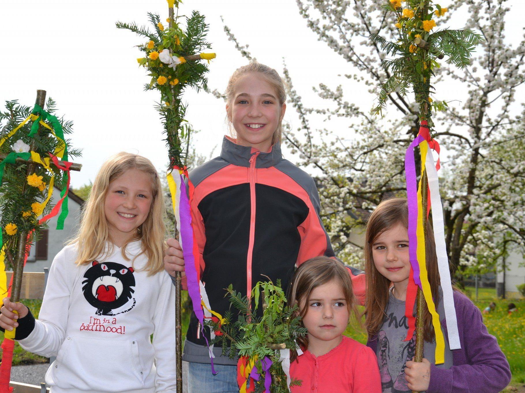 Die Kinder waren mit großer Begeisterung bei der Sache und präsentierten anschließend stolz ihre Palmbuschen.