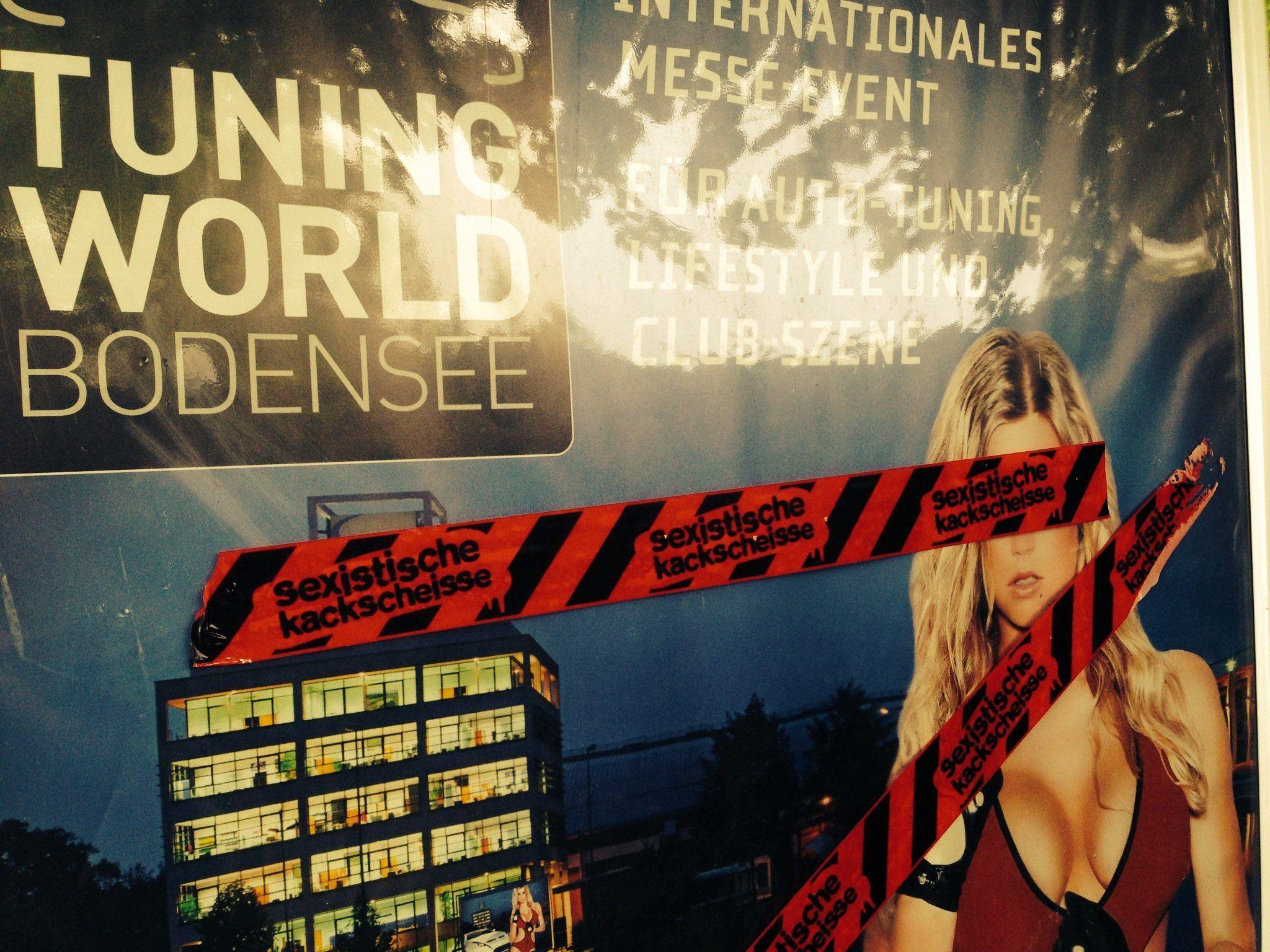 Die Plakate wurden mit Sticker und Klebebänder beklebt. Der geschätzte Schaden: 200 Euro