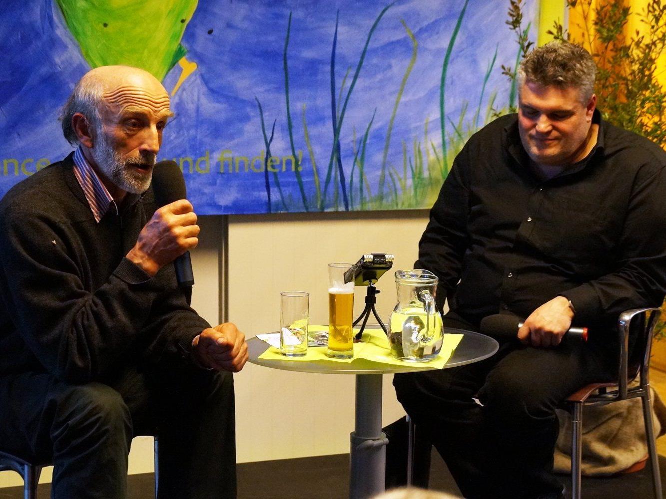 Moderator George Nussbaumer im Gespräch mit Kaspanaze Simma.