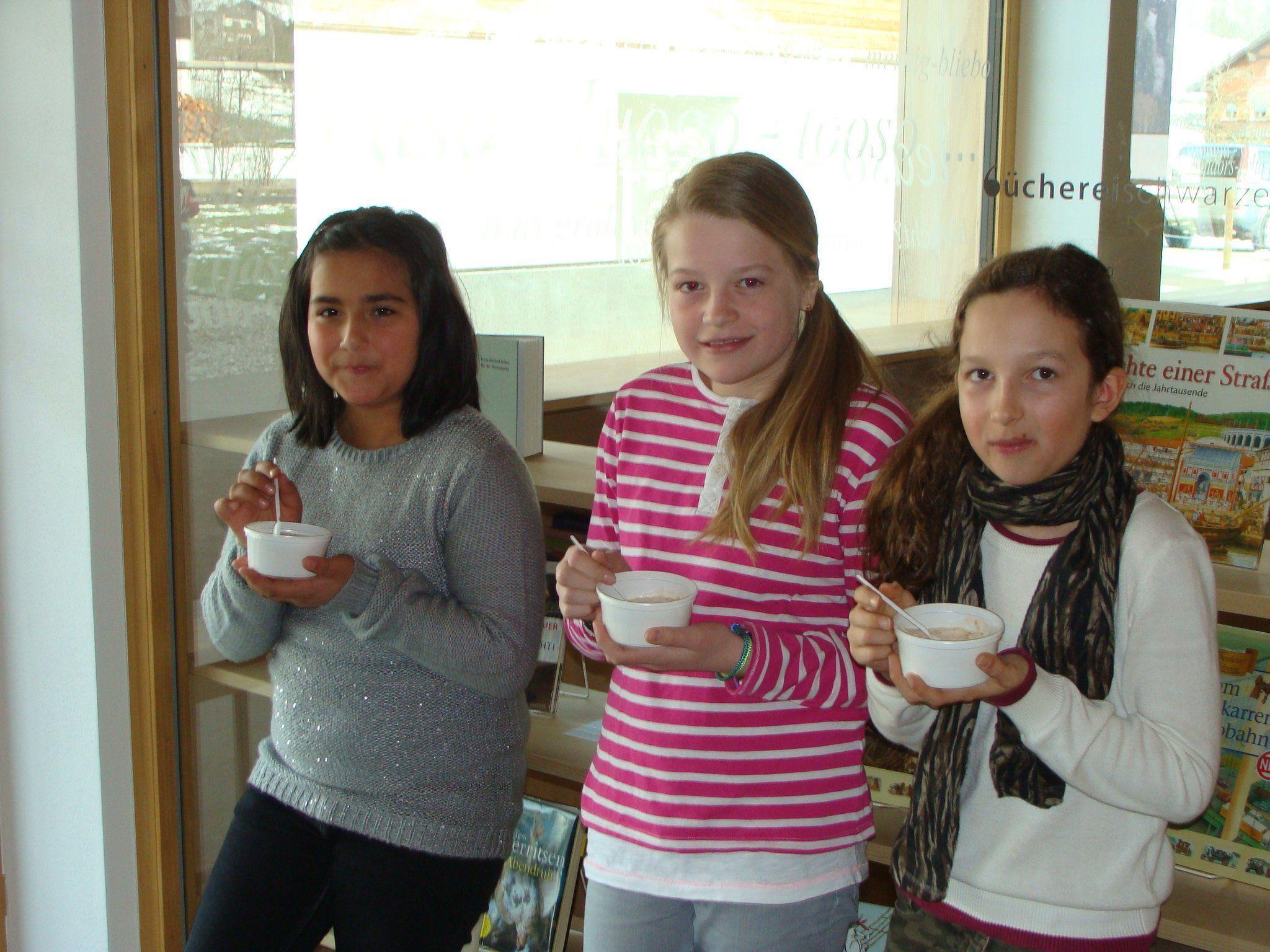 Die Mädchen der vierten Klasse genossen das Müsli