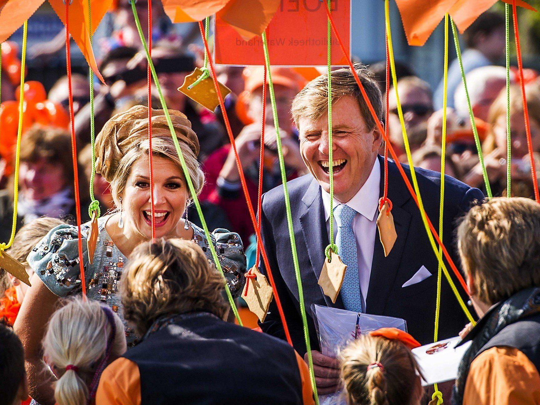 Zehntausende jubelten Willem-Alexander, Maxima und den drei Prinzessinnen zu.