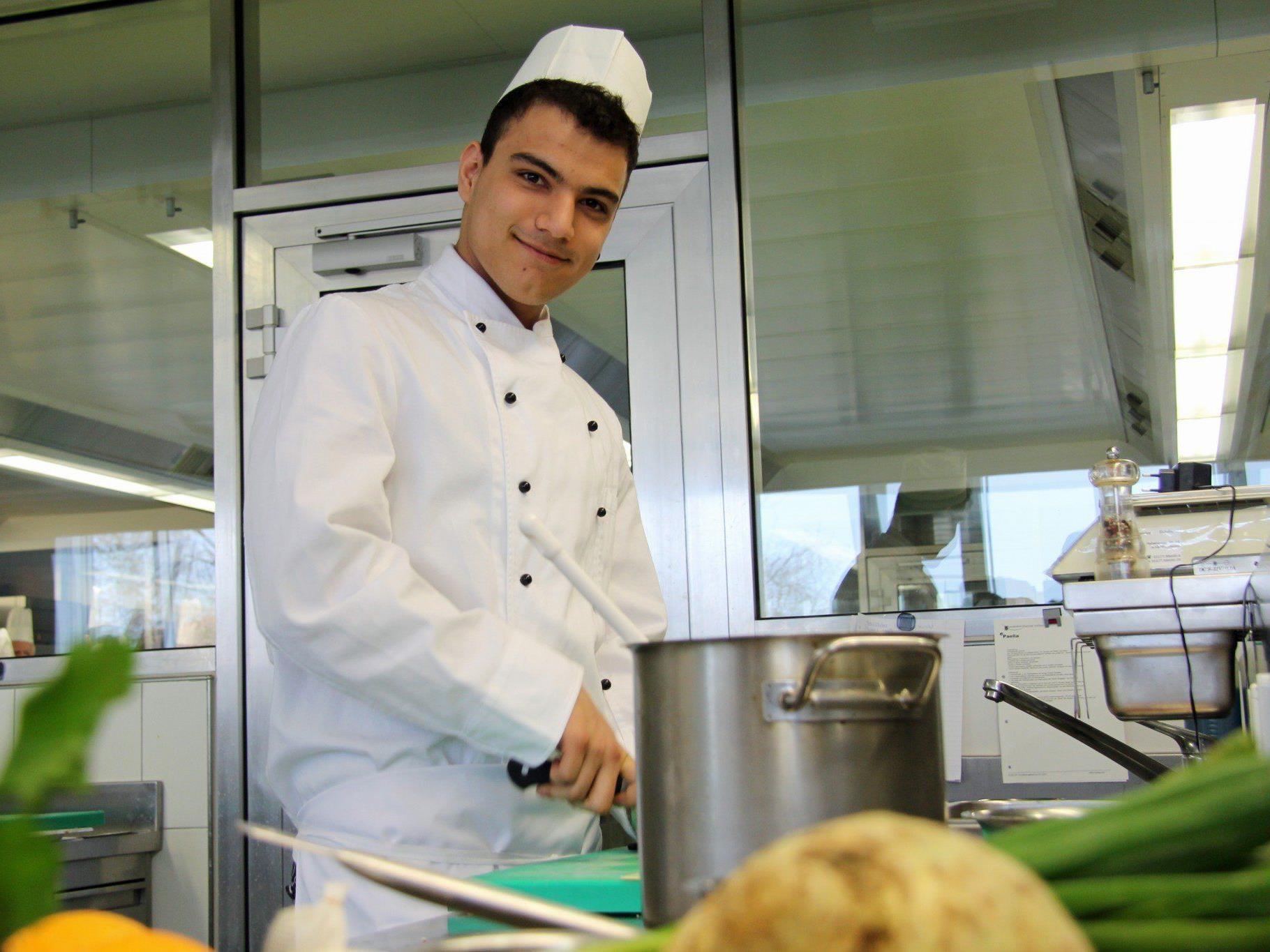 Ashkan aus dem Iran macht dank dem Pilotprojekt eine Lehre zum Koch.