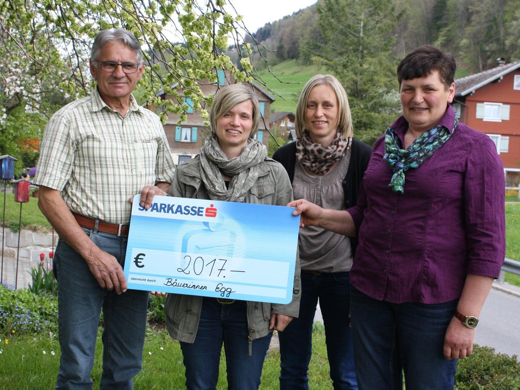 Theresia Schneider, Natalie Feurstein und Michaela Schneider übergaben die Spende an Anton Beer.