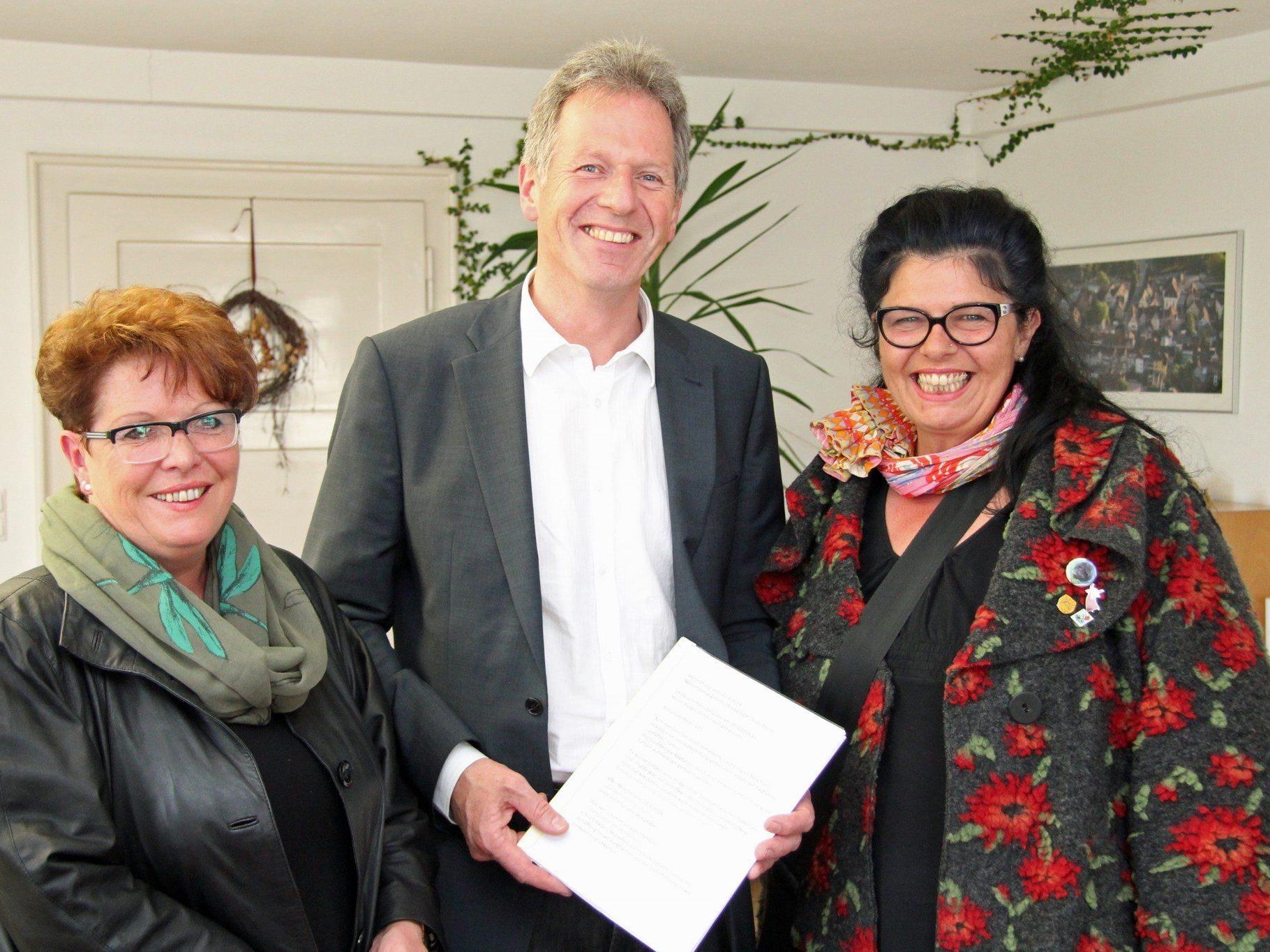 Brigitte Fleisch, Bürgermeister Richard Amann und Ilse Rüdisser fanden einen Kompromiss.