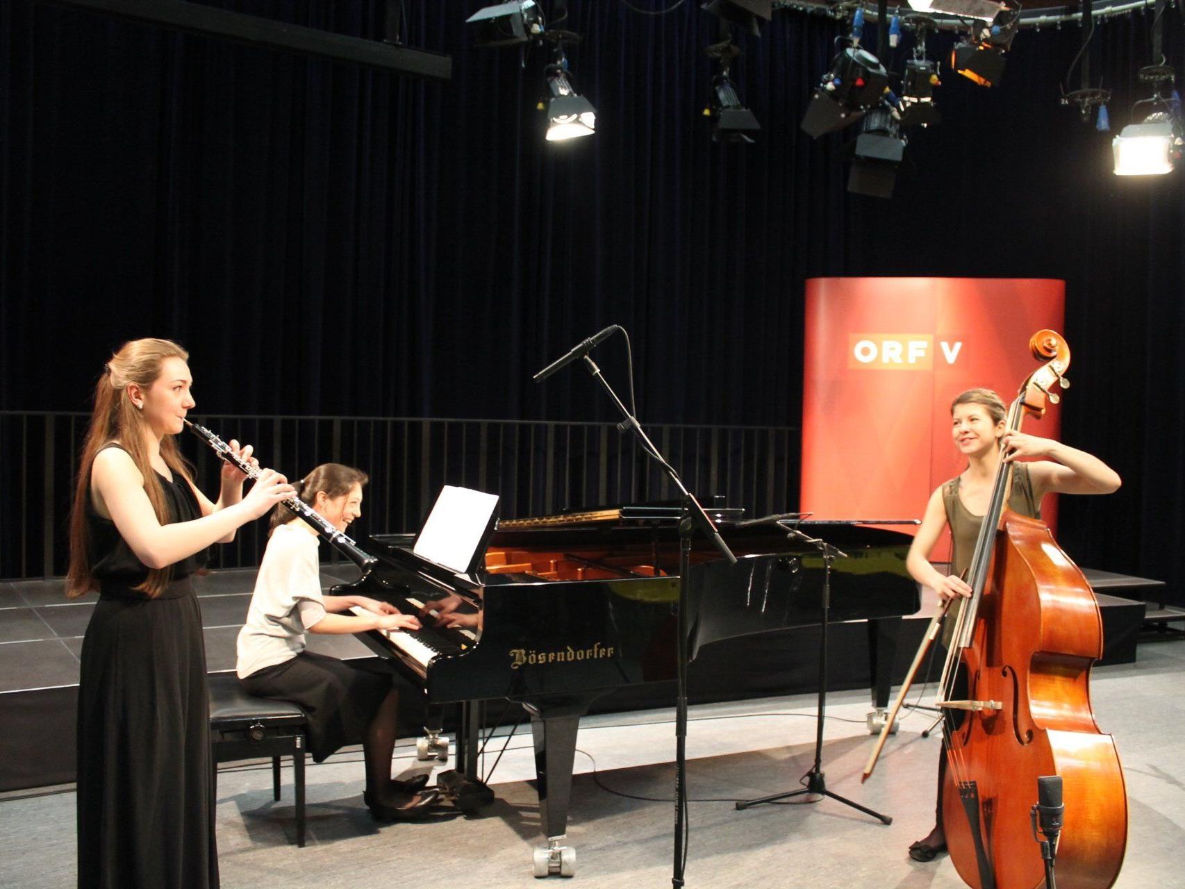 """""""Tolles"""" Damen-Trio: Alesia (Oboe), Akiko (Klavier), Raphaela (Kontrabass)."""