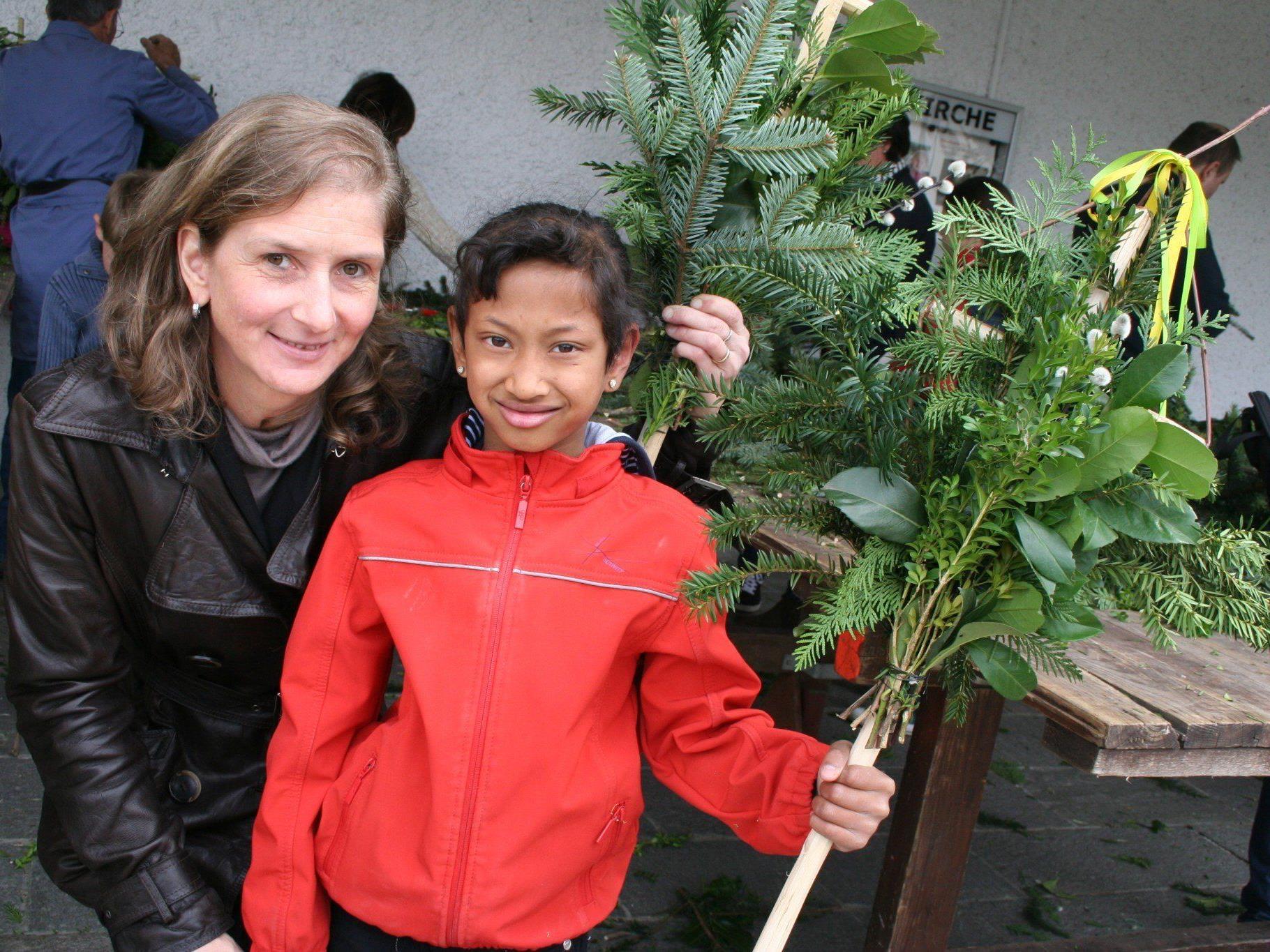 Mama Gabi fertigte mit Theresa schöne Palmbuschen an.