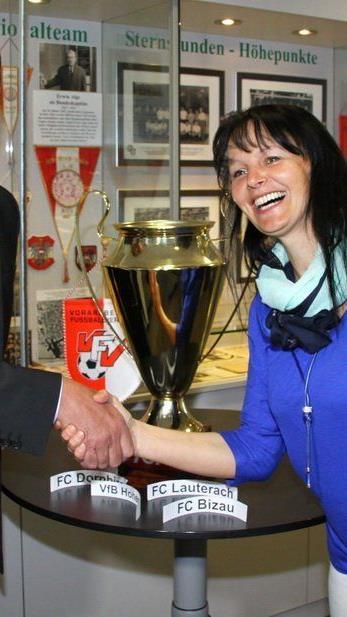 Ländle TV Mitarbeiterin Brigitte Tschol zog die Paarungen für das Toto Cup Halbfinale.
