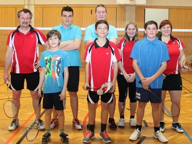Die Jugendbetreuer Philipp Köppl (li) und Anna-Maria Fetz (re) mit Nachwuchsspielern des Badmintonclub Bregenz