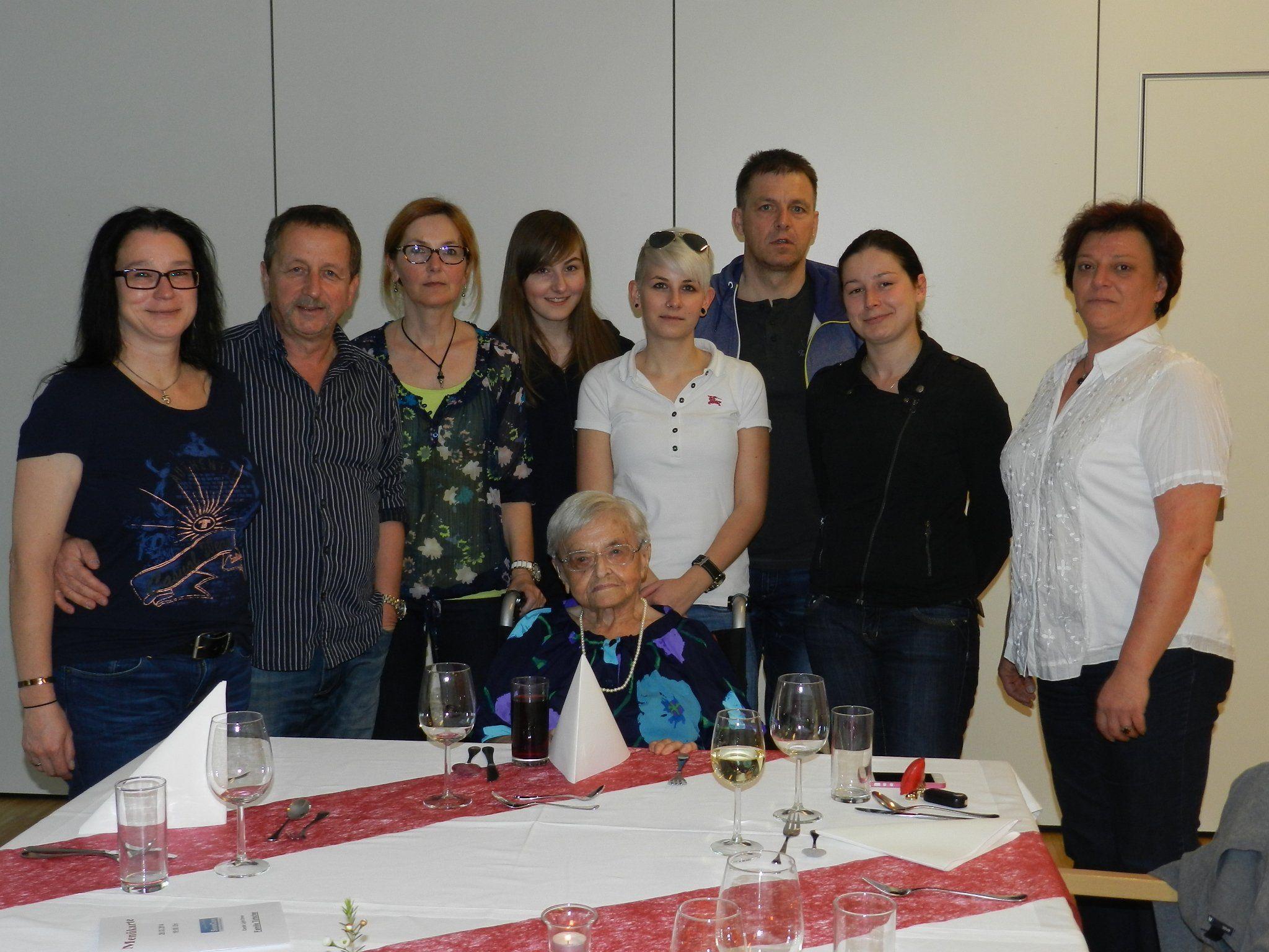 Marianne Türtscher, Bewohnerin des SeneCura Sozialzentrums Bludenz, im Kreis ihrer Familie und gemeinsam mit Wohnbereichsleiterin Andrea Mildner (rechts).