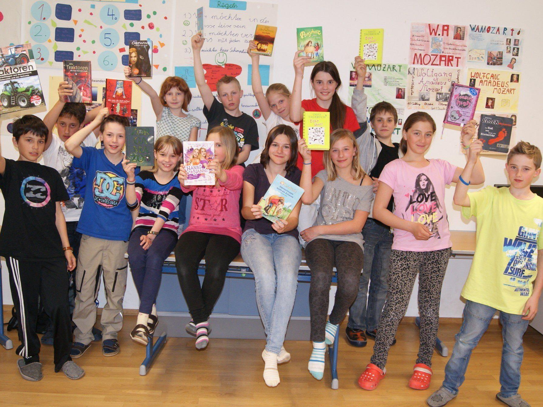 Die Schüler der ersten Klasse mit ihren Lieblingsbüchern