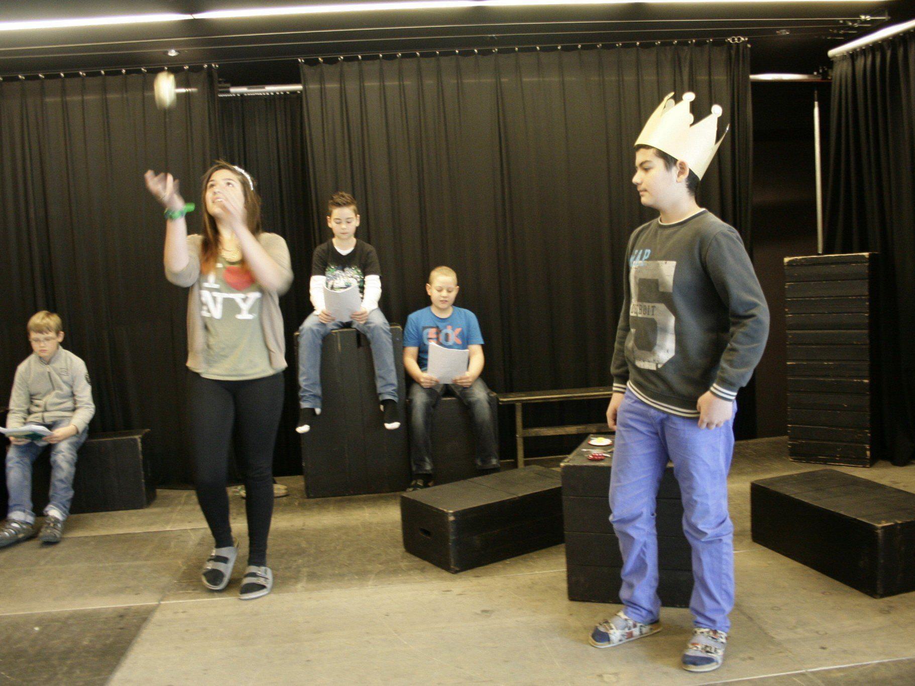 """Schüler(innen) spielten """"Der Froschkönig""""  und """"Der Wolf und die sieben Geißlein""""."""