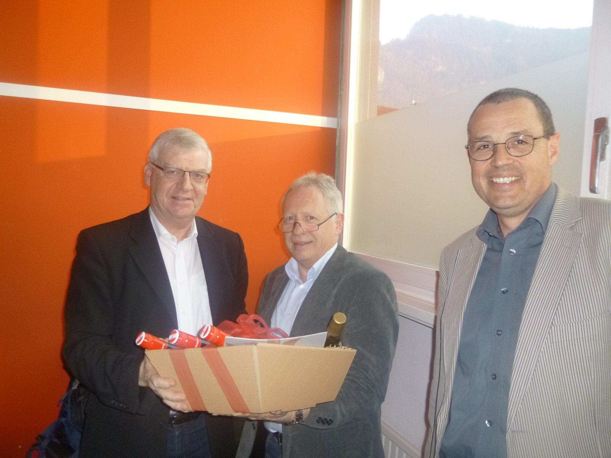 Wolfgang Türtscher (1. v. l.) wird gebührend durch das Vorstandsmitglied Christian Kopf und seinen Nachfolger Hans Rapp verabschiedet.