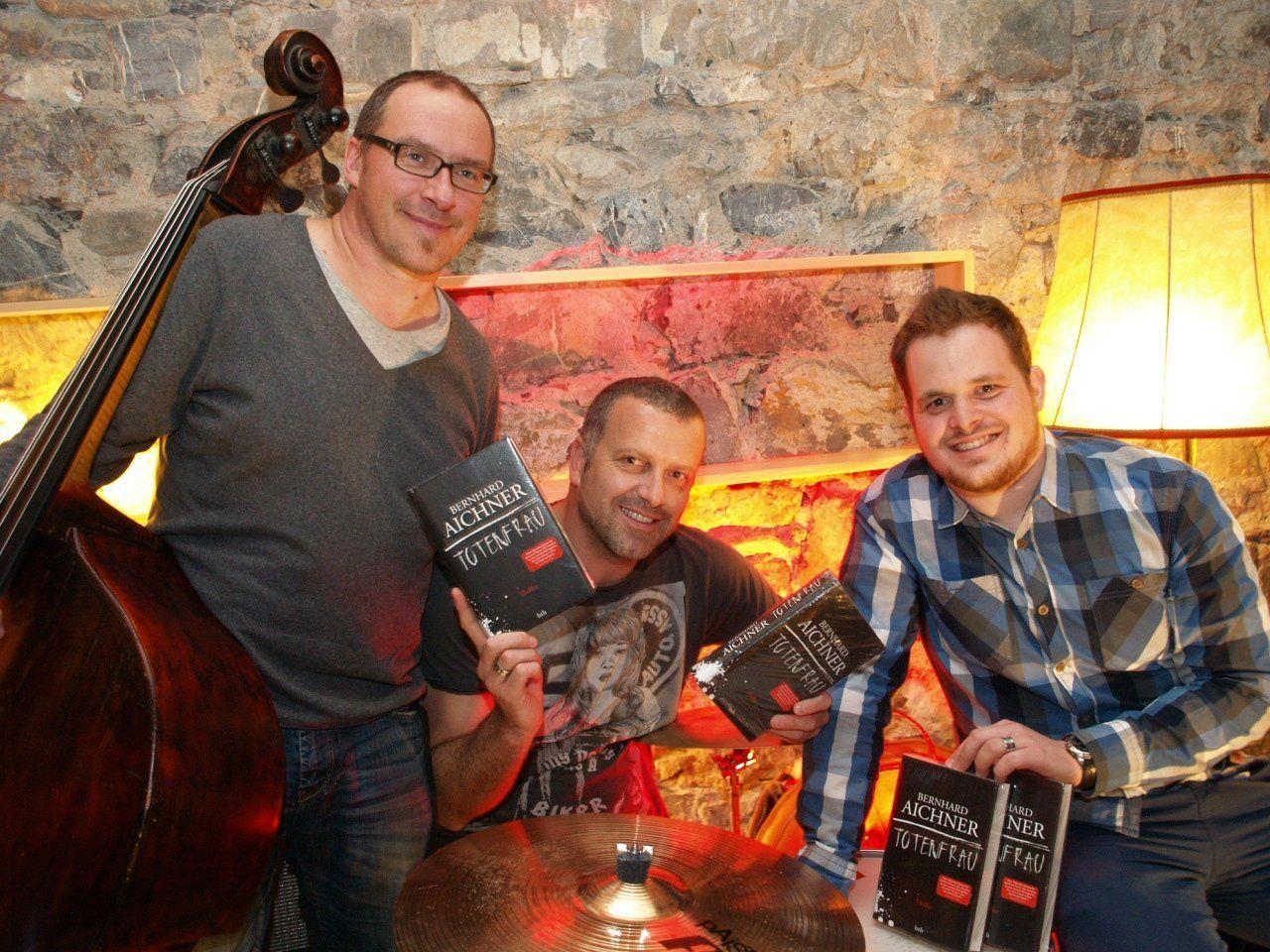 """Florian King und Lukas Bildstein mit """"Totenfrau"""" Autor Bernhard Aichner."""