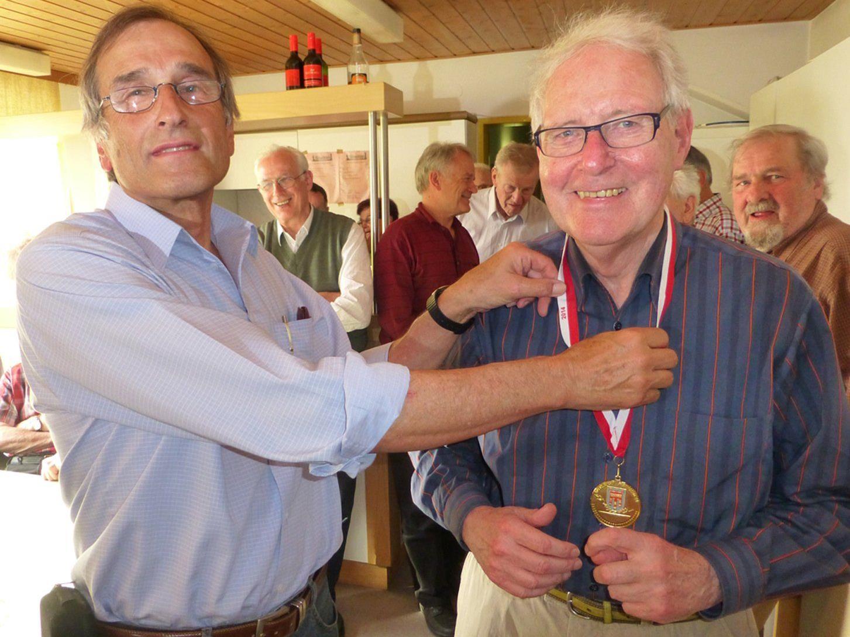Turnierleiter Eerich Peterlunger gratuliert Hans-Uwe Kock (r.) zum Vlbg. Schachsenioren-Meistertitel.