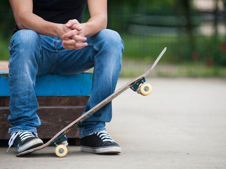 Skater sitzt auf Curb.