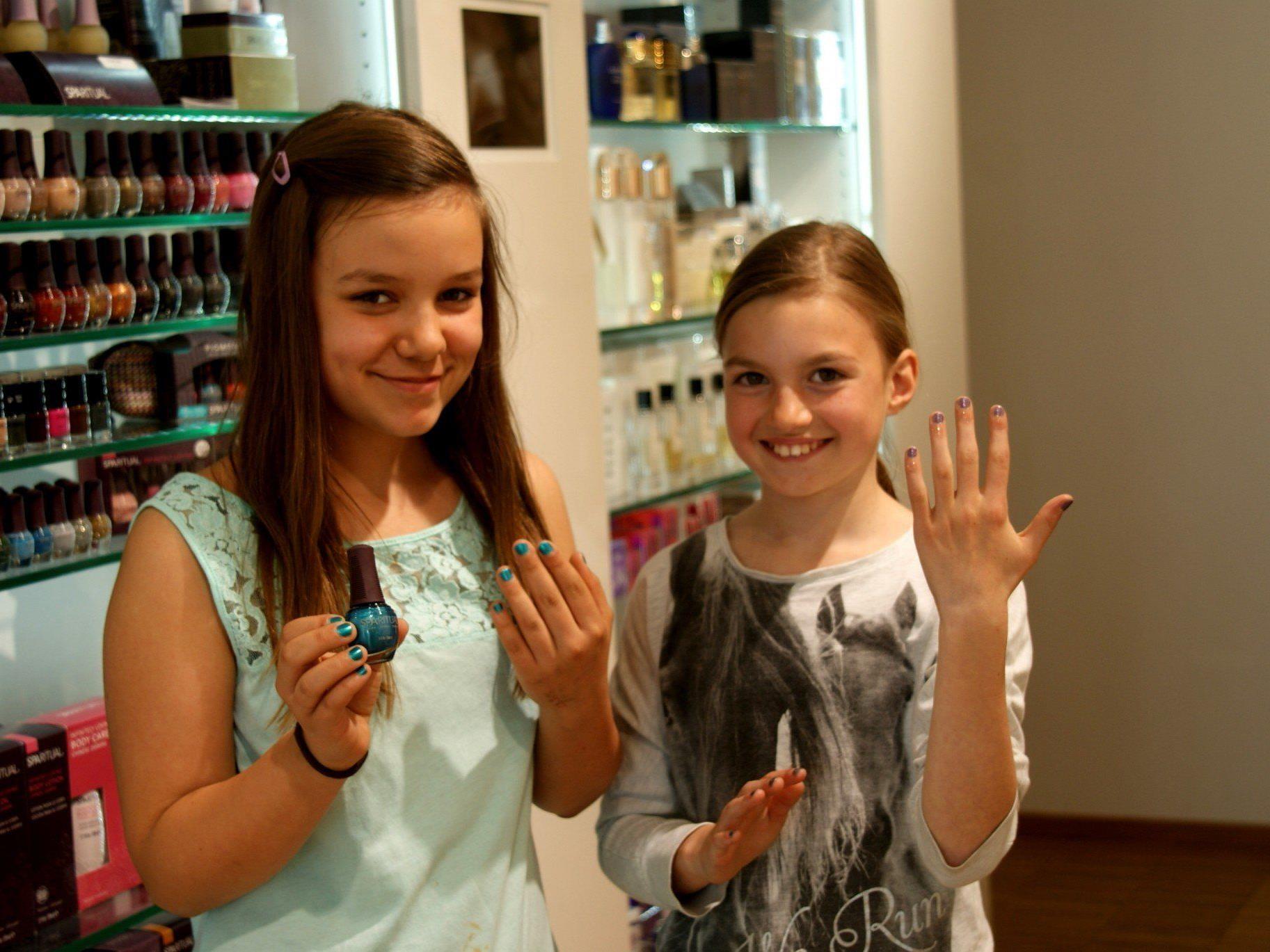 Christina und Hannah, die Nägel sind gemacht!