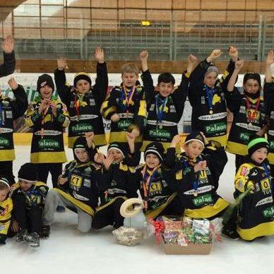 Die Unter-Zehnjährigen des EHC Lustenau jubelten über den zweiten Turnierplatz.