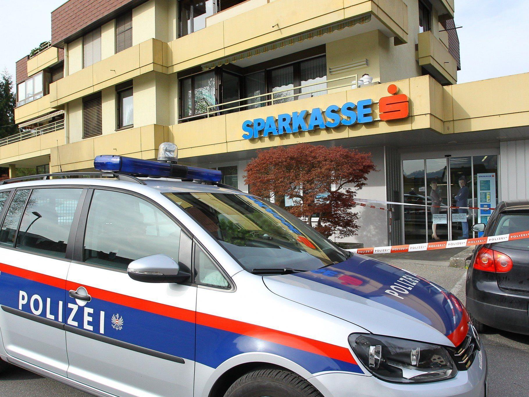 Banküberfall in Feldkirch: Mutmaßlicher Täter geständig - Waffe und Großteil der Beute sichergestellt.