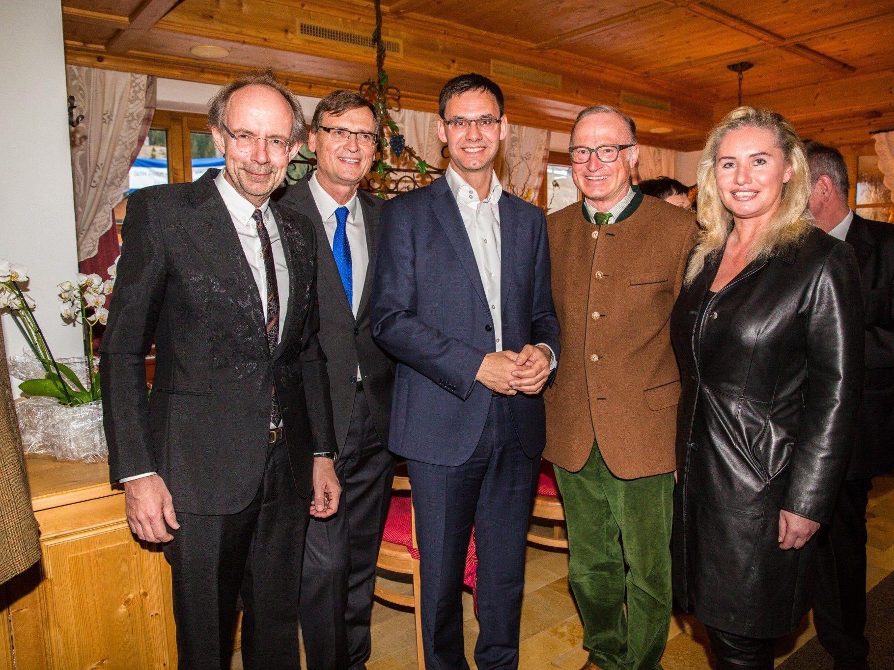 Verleger Eugen A. Russ (l.) mit Thomas Kralinger, LH Markus Wallner und Bgm. Ludwig Muxel mit VN-CR Verena Daum-Kuzmanovic.