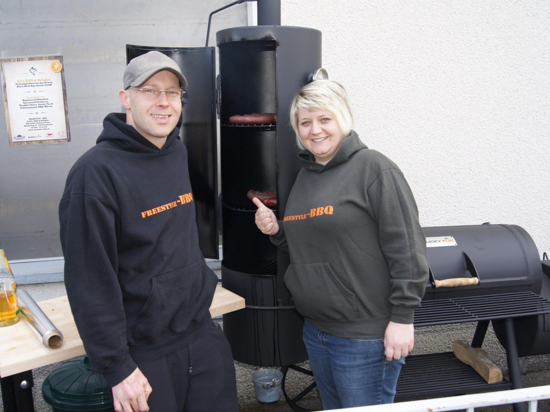 Pitmaster Andreas Franz mit Freundin Andrea Martin (Massagepraxis) bei der Eröffnung.