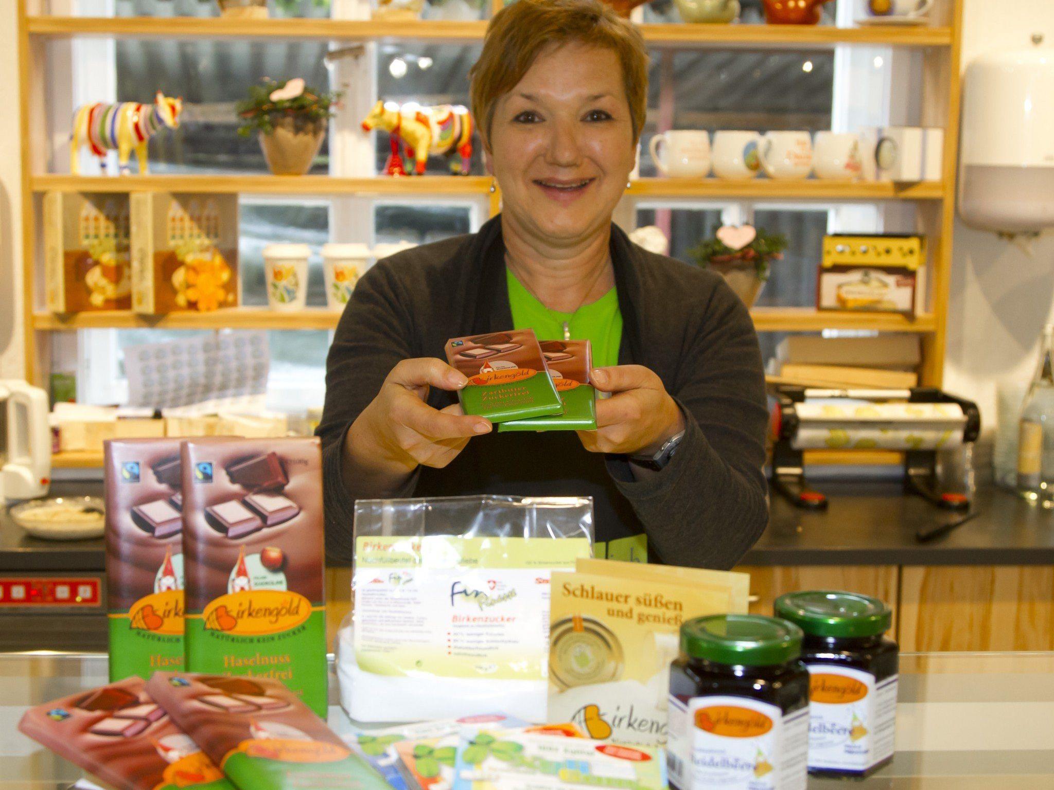 Birkenzucker wird aus den Fasern der Birkenrinde gewonnen und hat nur halb so viele Kalorien wie Haushaltszucker.