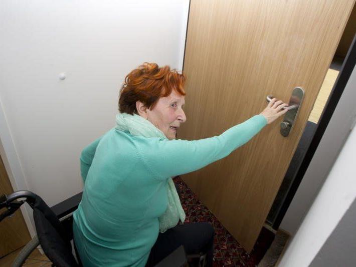 Umständliches Bemühen ist nötig, wenn Annette Broch ihre Wohnung verlassen möchte.