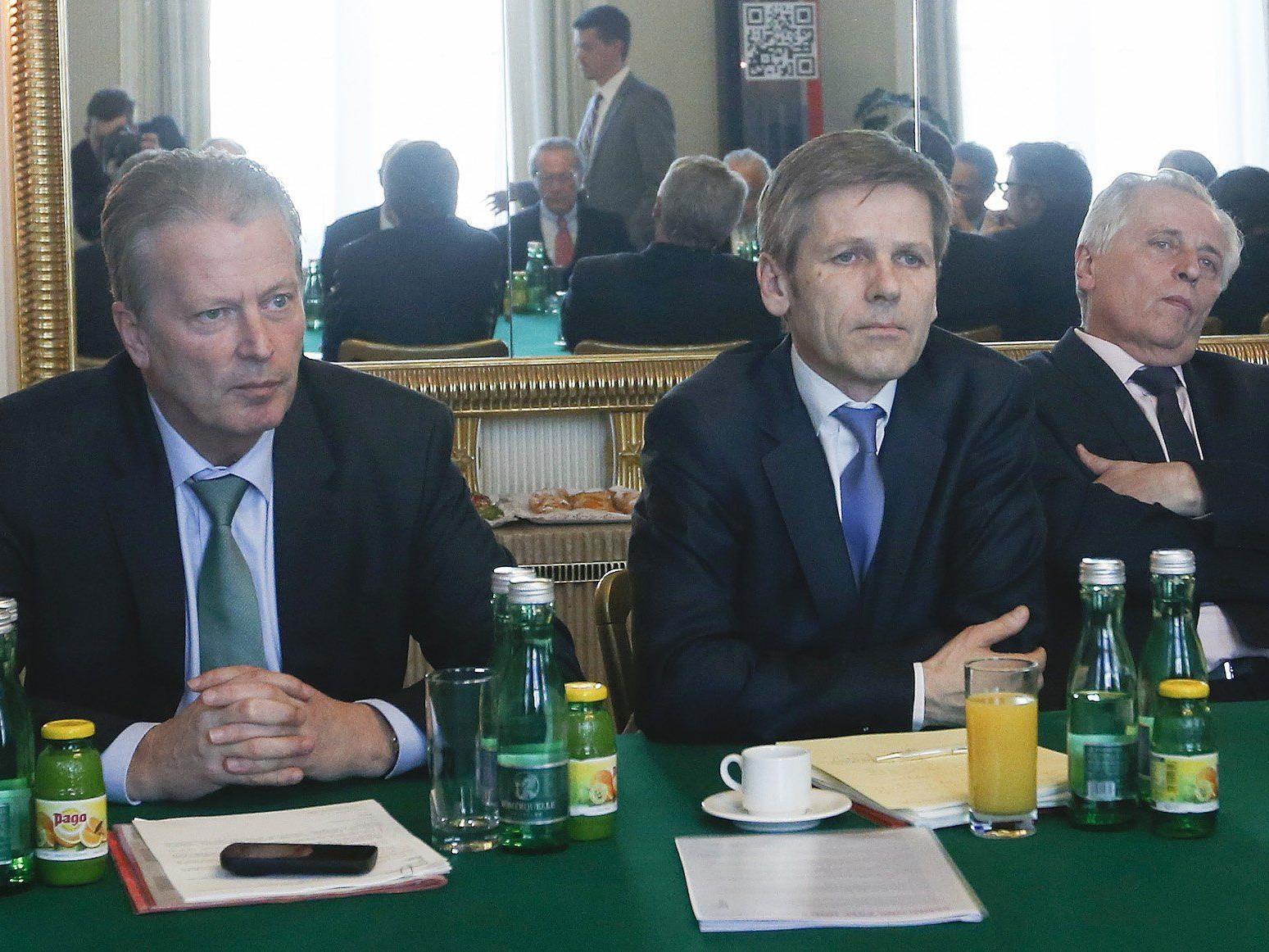Die Bundesminister (v.l.n.r.) Mitterlehner, Ostermayer und Hundstorfer Beginn des Runden Tisches.