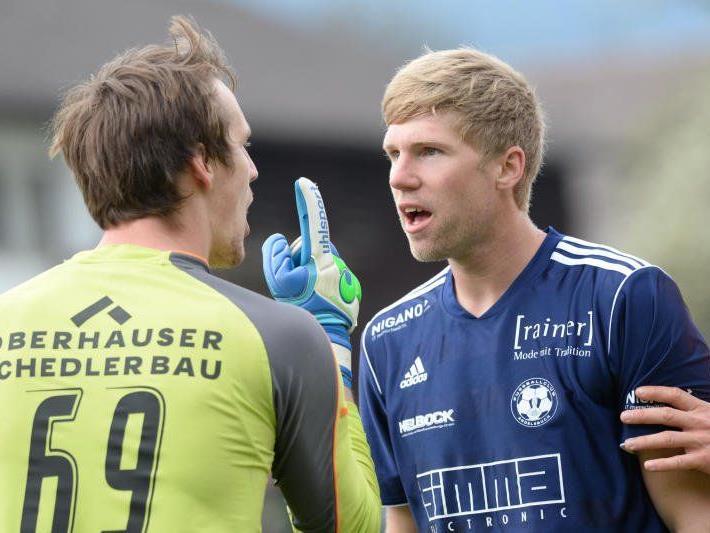 Meinungsverschiedenheiten zwischen Bizau-Goalie Marc Gasser und Andelsbuch-Torjäger Rochus Schallert.