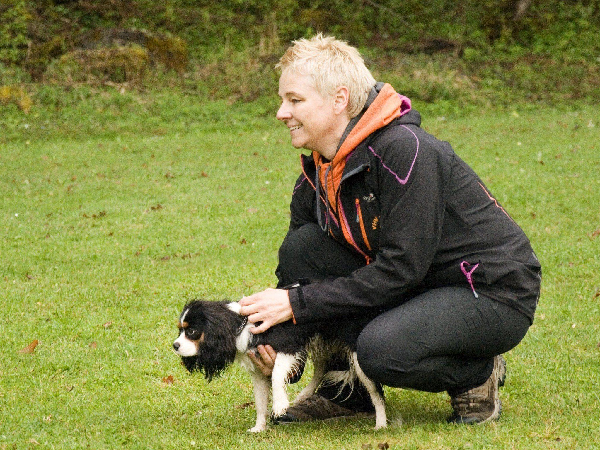 """Hundetrainerin Doris Spettl bereitet """"Bonny"""" darauf vor, von ihrer Besitzerin """"abgerufen"""" zu werden"""
