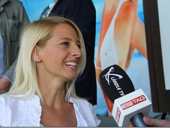 Model Jacky Strolz hat beim Traditionsderby Rankweil und Feldkirch den Ankick vorgenommen.