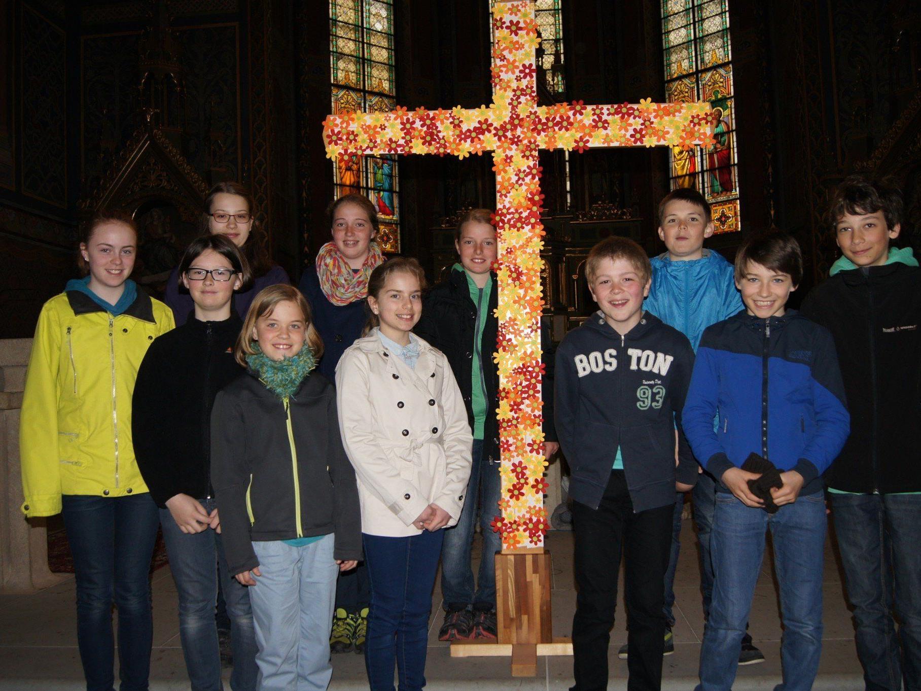 Die Firmlinge aus dem Hatlerdorf gestalteten die Andacht zur Todessunde Jesu am Karfreitag.