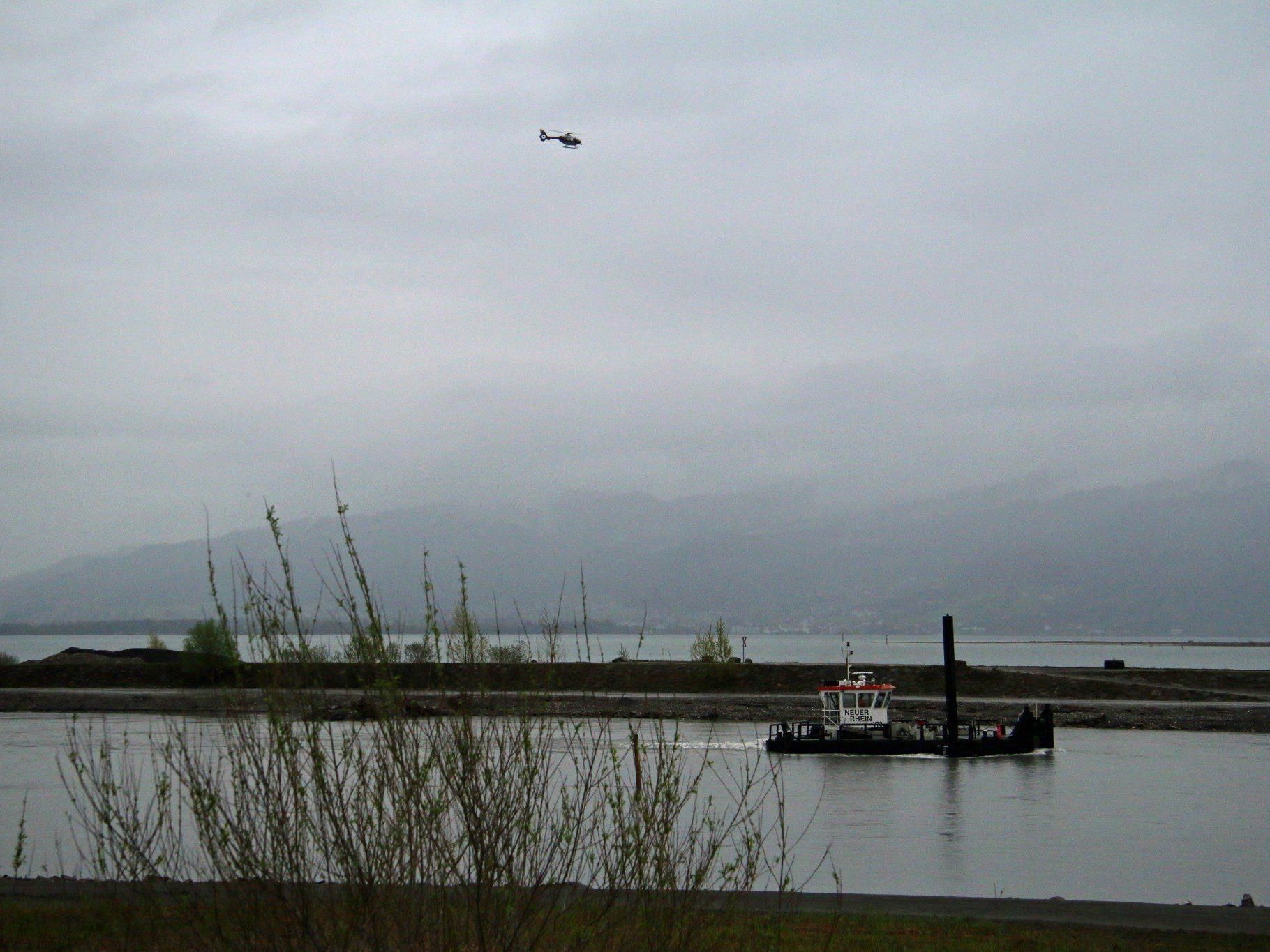 Die alarmierte Seepolizei konnte rasch Entwarnung geben - die vermutete Leiche im Rhein war keine.