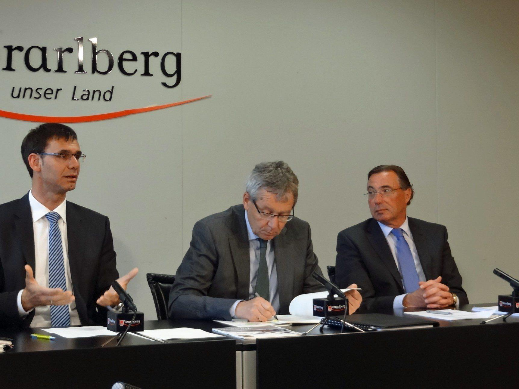 LH Wallner, LSth. Rüdisser und WK-Direktor Steurer präsentierten im Pressefoyer das Update des Vorarlberger Wirtschaftsleitbildes