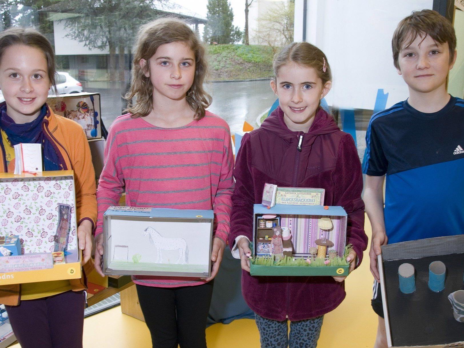 """Timna, Linda, Tabea und Tobias präsentieren ihr """"Schuhkarton-Theater"""""""