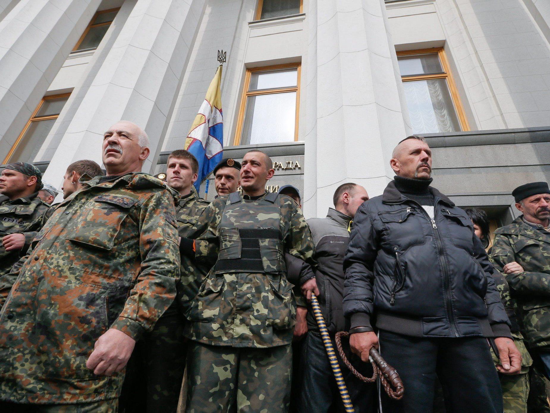 """Waffenabgabe von Teilnehmern am """"Februarumsturz in Kiew"""" als erstes im Auge."""