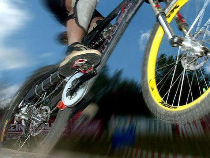 Mountainbiker schätzte Verengung des Radweges zu spät ein, stürzte und wurde schwer verletzt. Ein Fall für das Gericht.