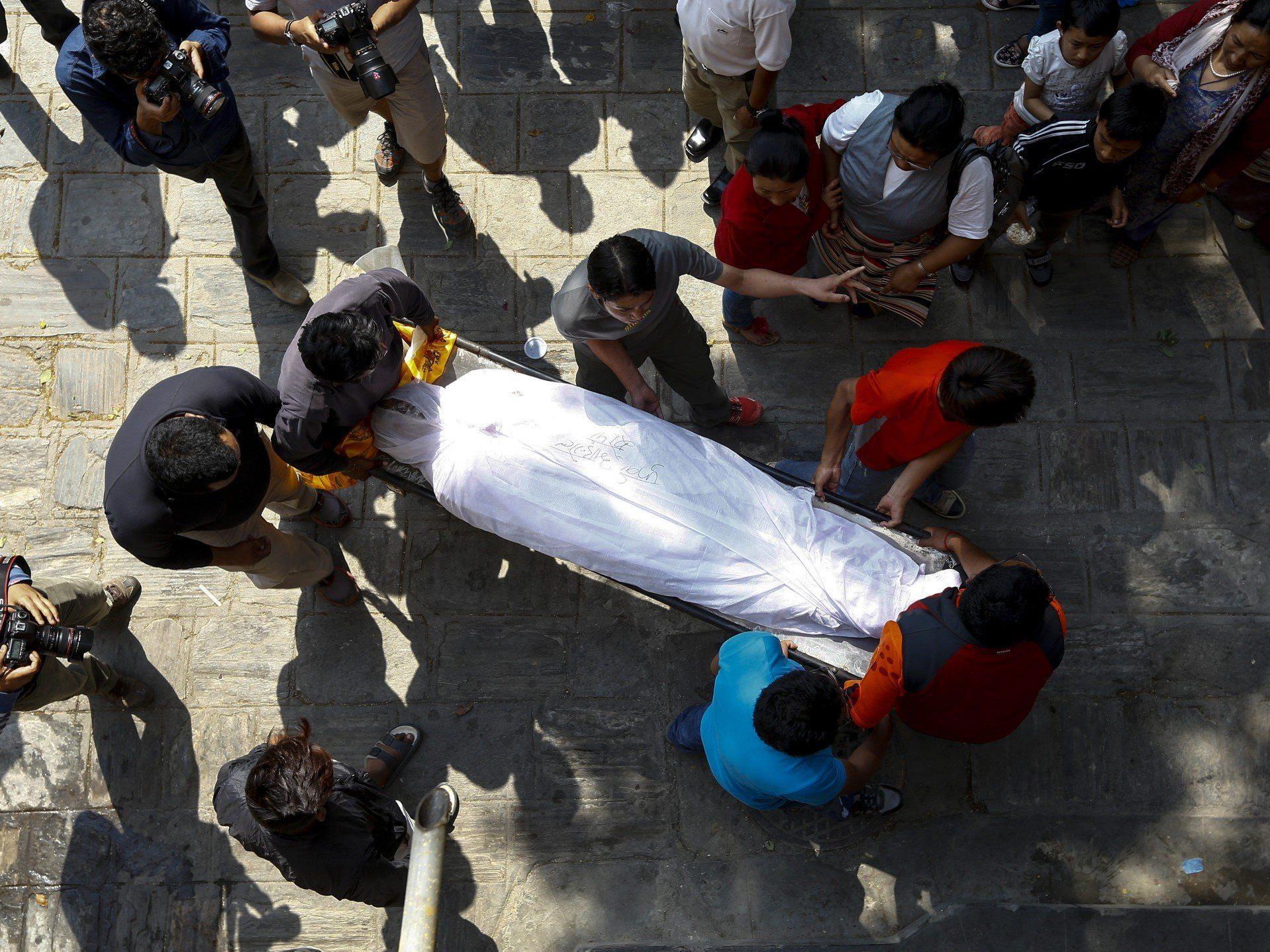 Lawinenunglück am Mount Everest fordert 16 Tote: Sherpas sagen alle Expeditionen ab.