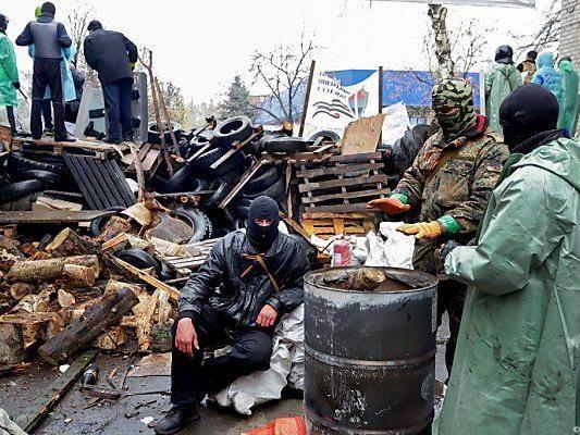 Pro-russische Milizen besetzten Verwaltungsgebäude in der Ostukraine.