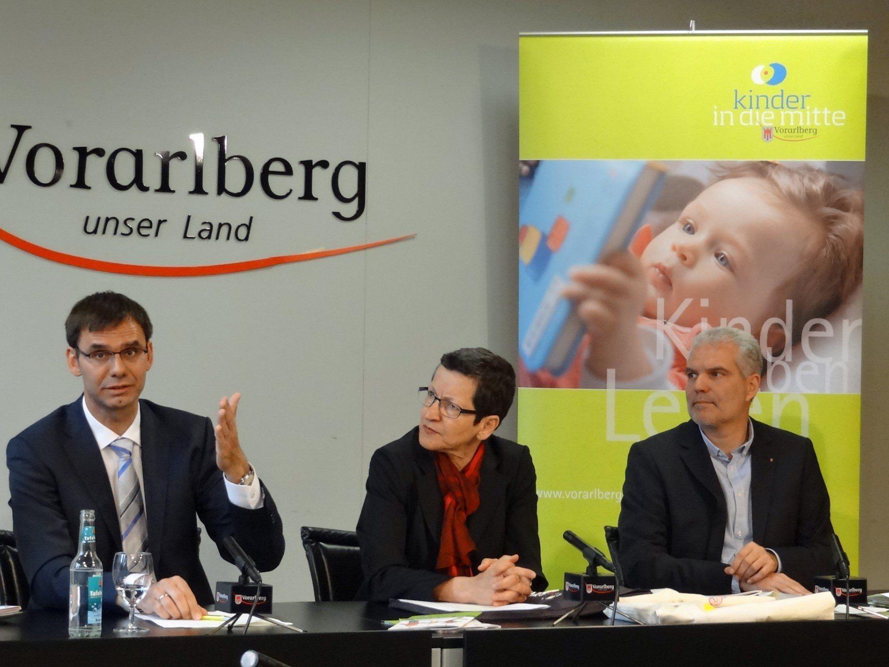 LH Wallner, LR Schmid und Thomas Müller (Fachbereich Jugend und Familie) kündigten eine Verstärkung der Angebote zur frühen Sprach- und Leseförderung an