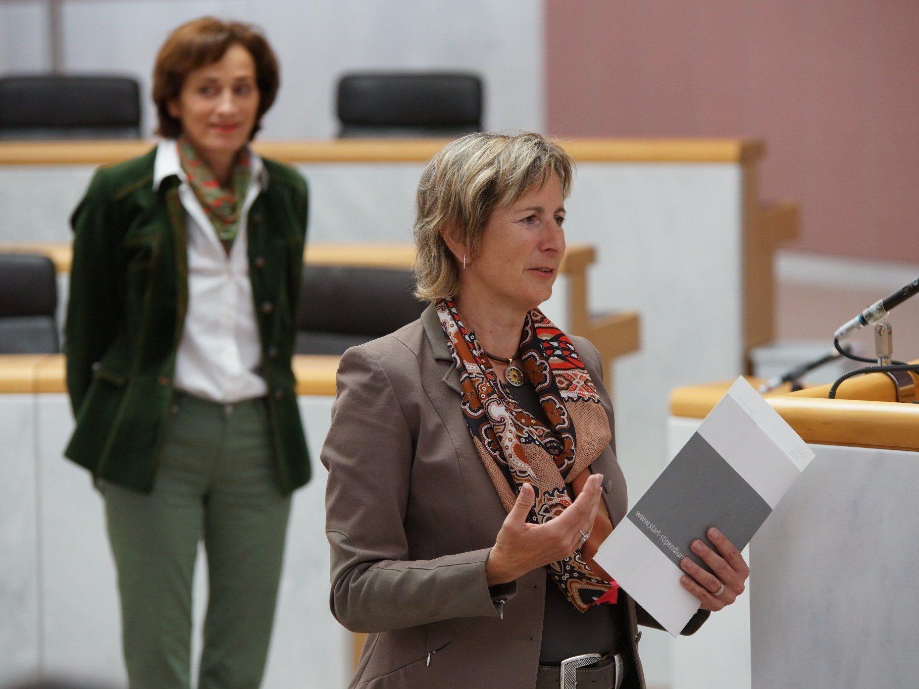 Landtagspräsidentin Gabriele Nußbaumer und Landesrätin Bernadette Mennel begrüßten die START-Stipendiatinnen und -Stipendiaten im Landtag.