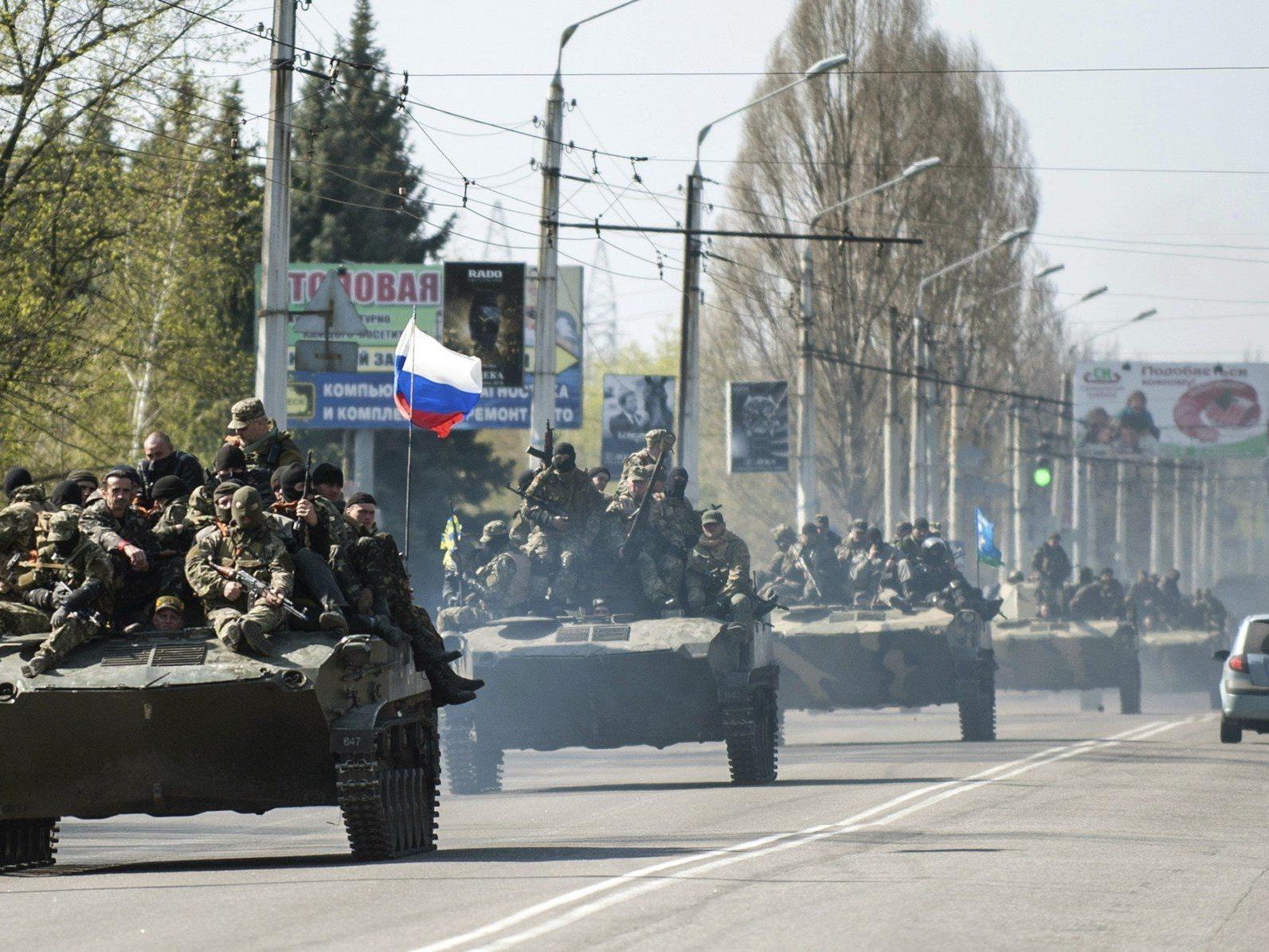 Ukrainische Schützenpanzer mit der russischen Flagge rollen durch Kramatorsk.